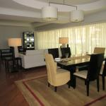 The huge living and dining room (premier)