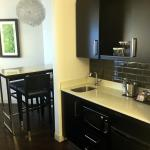 The Hollis - 2 Queen Suite w/ Kitchenette