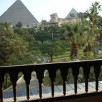 Enjoying the view of the Pyramids over cocktails with feiends from our amazing Mena House balcon