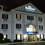 Baymont exterior at night.