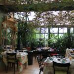 Breakfast room with vines and flowers