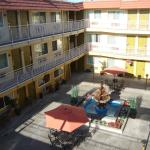 View from the 3rd floor to the courtjard of the Motel -