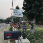 The River Inn & Cabins resmi