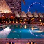 Conrad Singapore - Outdoor pool by night