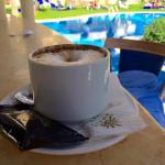 Cappuccino am Hotelpool