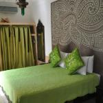 The bed and beautifully plastered headboard in Akhdar room.