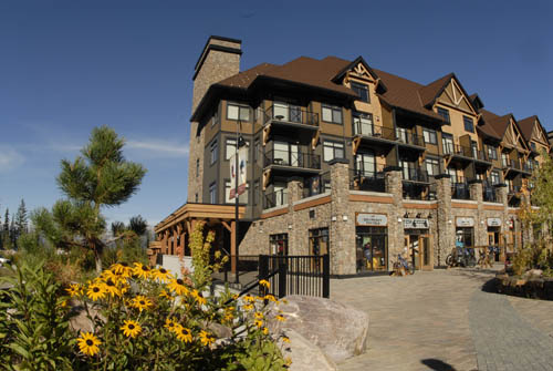 ‪Glacier Mountaineer Lodge‬