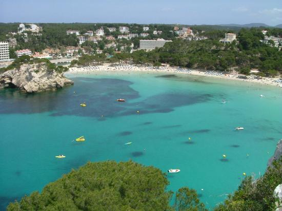 Cala Galdana, Spagna: the bay with the apartments in the background