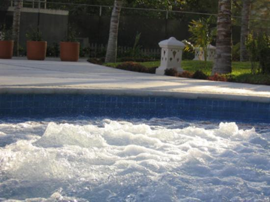 Excellence Riviera Cancun: Jacuzzi at ocean front
