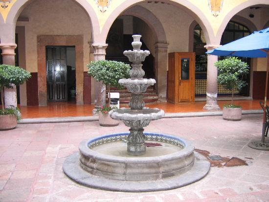 Hidalgo Hotel: Fountain in Courtyard