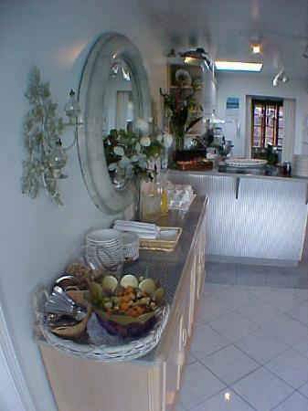 A Downtown Victoria Bed and Breakfast: Breakfast area at An Ocean  View Bed and Breakfast Victoria BC