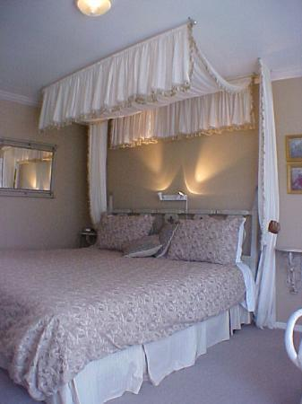 A Downtown Victoria Bed and Breakfast: An Ocean View Bed and Breakfast in Victoria Ocean View Canopy bed