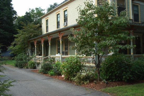 The Looking Glass Bed and Breakfast: The Lovely Side Porch