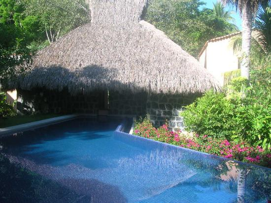 Hotel Casa Don Francisco: Hotel pool that feeds a fountain in the Lobby,
