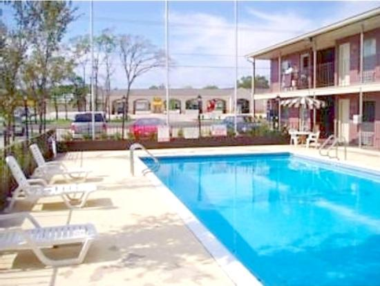 Americas Best Value Inn & Suites - Bryan / College Station, TX: Sparkling pool w/ free wireless internet