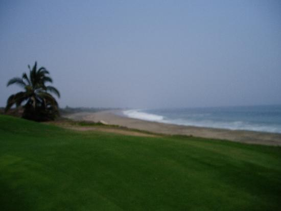 Wyndham Grand Isla Navidad Resort : Loved hearing the waves while golfing 