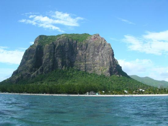 Picture WAR! Le-morne-mountain
