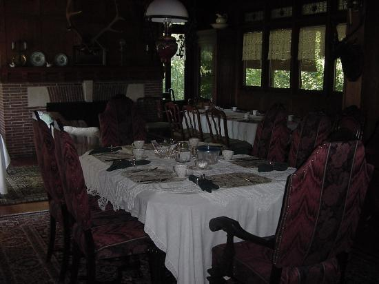 Black Swan Inn Bed and Breakfast: Breakfast table
