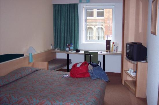 Ibis Manchester Centre Portland Street: main area of room with window overlooking Portland St