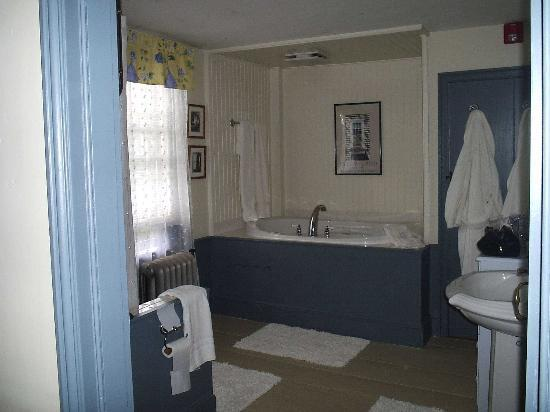 Bursley Manor: Our spacious bathroom
