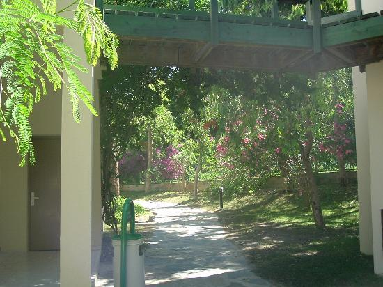 Eldorador Milta Holiday Village: Walkway through the gardens to rooms