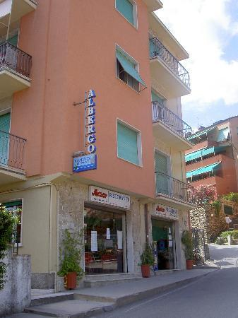 Hotel La Pineta: Here is La Pineta (very unassuming)
