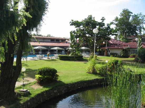 Montebello Villa Hotel: Landscaped Grounds