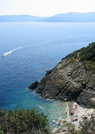 Procchio, Italien: One of the many coves