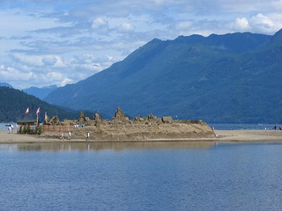 Harrison Hot Springs, Canadá: sandcastle at Harrison in town near the beach