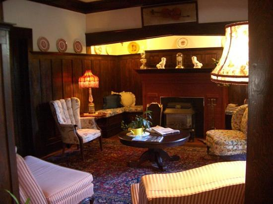 Oak Bay Guest House: Living/Drawing Room