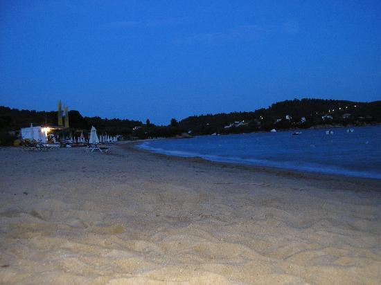 Ioannis Apartments: Beach by night