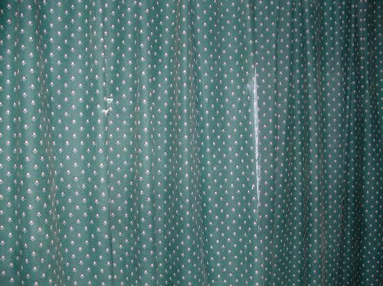 Rodeway Inn - Atlantic City / Pacific Ave: torn and stained curtain