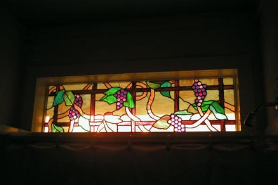 T'Frere's Bed & Breakfast: Stainied Glass Shower Window