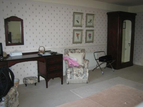 Fuchsia Guest House: TV and sitting area