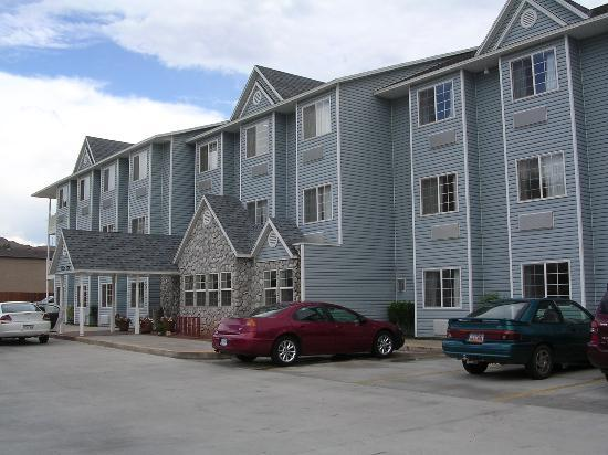 River Canyon Lodge Inn and Suites: This is what the hotel really looks like from the outside!
