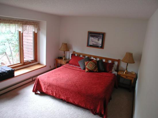 Boulder Brook on Fall River : Bedroom