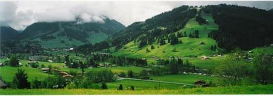 Gstaad, Schweiz: Lookibg to Saanen