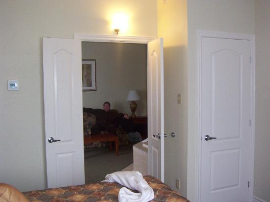 Holiday Inn Express Suites Gananoque: Bedroom looking into living room