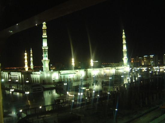 Elaf Taiba Hotel: Night view from our room