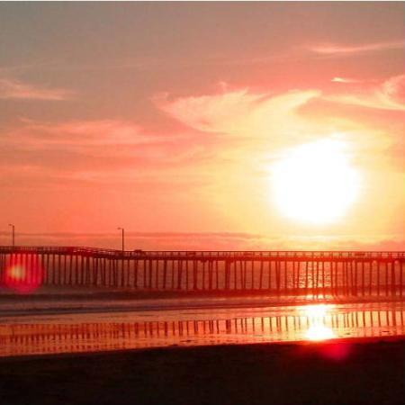 Cayucos Beach Inn: Lovely Sunset over Cayucos Pier