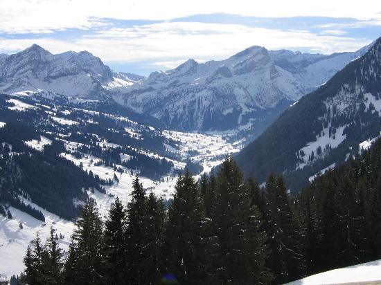 Gstaad, Schweiz: Going up to Eggli