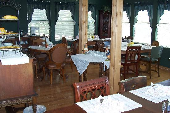 Highpoint Manor Inn: The dining room