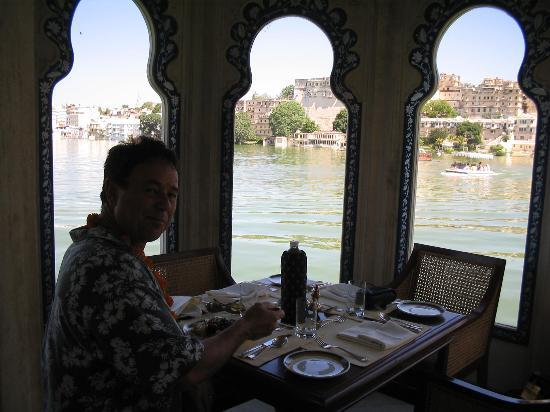 Taj Lake Palace Udaipur: restaurant table - lake palace hotel