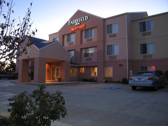 Fairfield Inn Boise: Hotel entrance at dusk