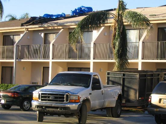 Holiday Inn Express Boca Raton-West: Imagine the sound of ceramic roof tiles hitting the trailer in back of the truck...