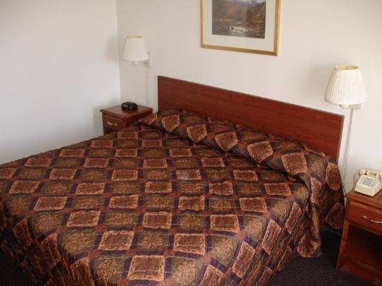 Econo Lodge: King Room
