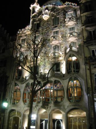 Barcellona, Spagna: Casa Batllo at night