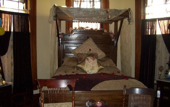 1884 Tinkerbelle's Wildwood Bed and Breakfast: King David room upon arrival
