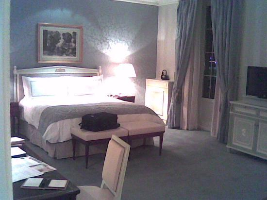 Four Seasons Hotel des Bergues Geneva: Junior Suite / Bed