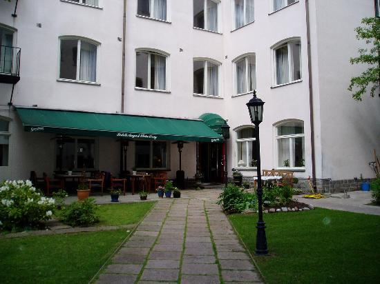 August Strindberg Hotell: courtyard entrance